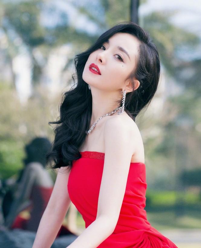 Dương Mịch diện đầm xẻ gợi cảm giữa tin đồn có thai với Tạ Đình Phong - ảnh 1