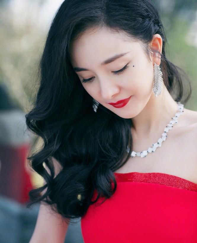 Dương Mịch diện đầm xẻ gợi cảm giữa tin đồn có thai với Tạ Đình Phong - ảnh 2