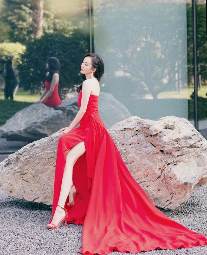 Dương Mịch diện đầm xẻ gợi cảm giữa tin đồn có thai với Tạ Đình Phong - ảnh 3