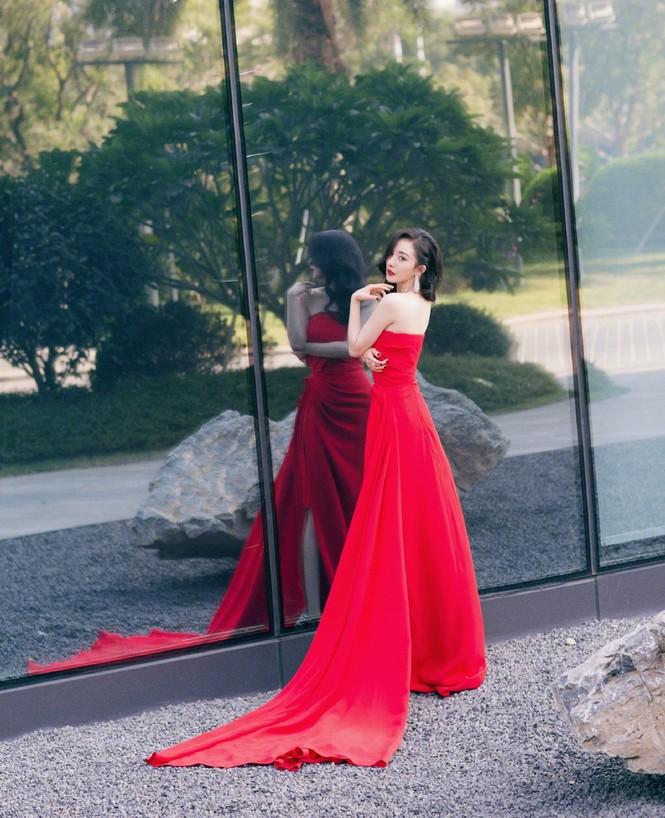Dương Mịch diện đầm xẻ gợi cảm giữa tin đồn có thai với Tạ Đình Phong - ảnh 4