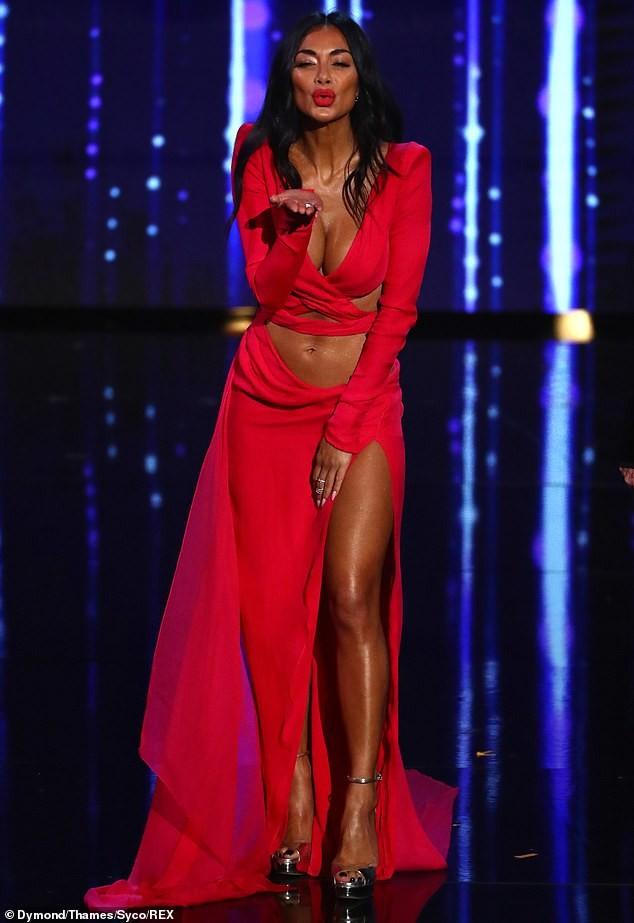 'Nóng mặt' với bộ cánh không thể hở hơn của nữ giám khảo X-Factor - ảnh 1