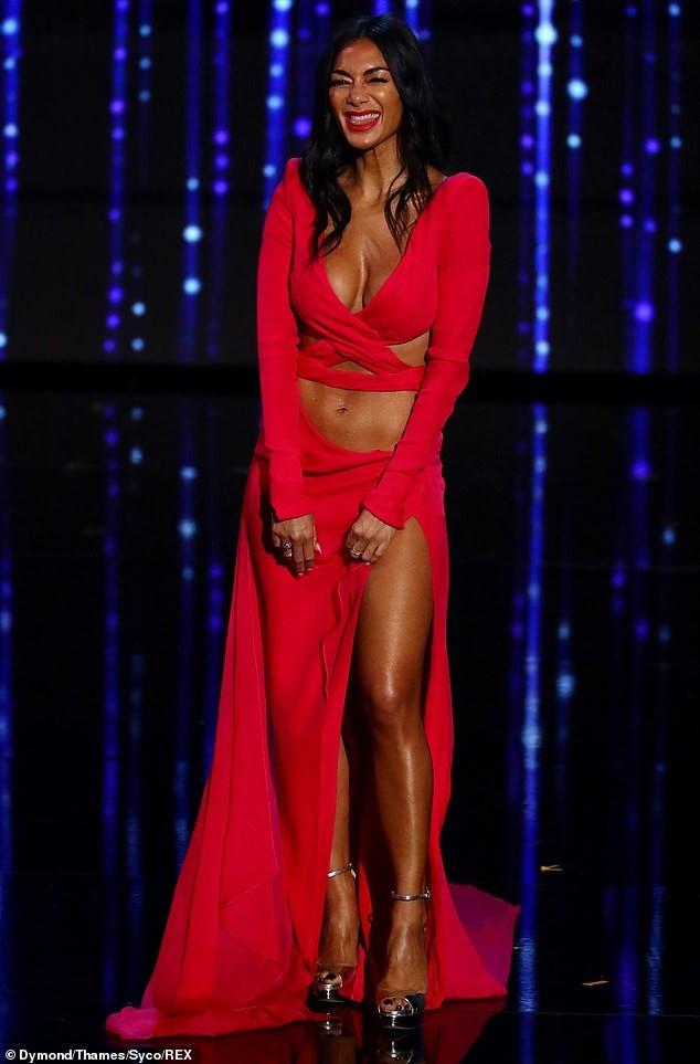 'Nóng mặt' với bộ cánh không thể hở hơn của nữ giám khảo X-Factor - ảnh 2