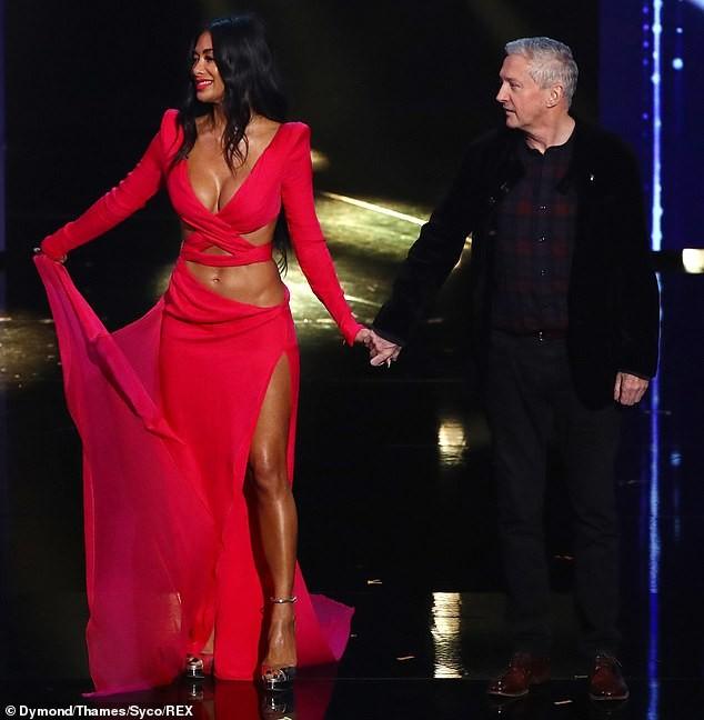 'Nóng mặt' với bộ cánh không thể hở hơn của nữ giám khảo X-Factor - ảnh 4