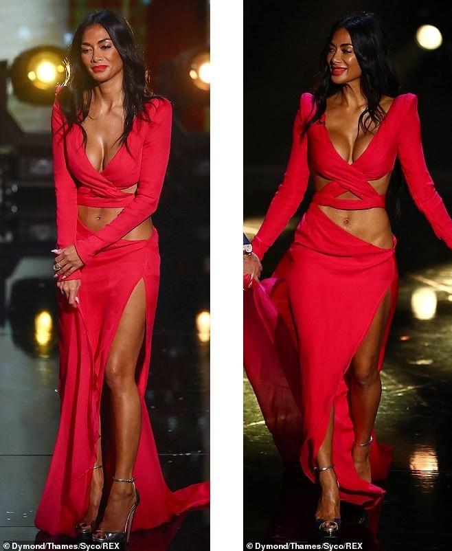 'Nóng mặt' với bộ cánh không thể hở hơn của nữ giám khảo X-Factor - ảnh 5