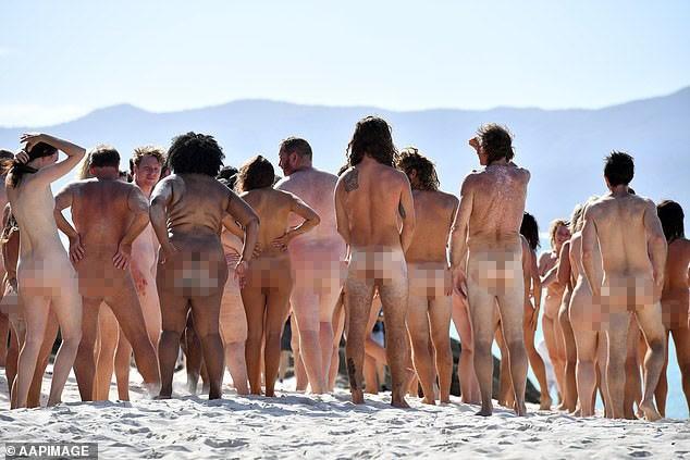 Hàng chục người khoả thân chụp ảnh trên bãi biển - ảnh 1