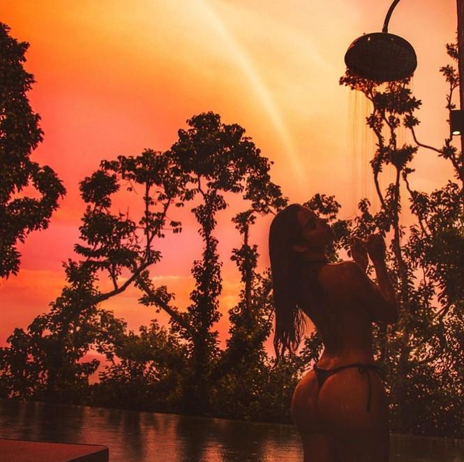 'Nữ hoàng nội y nước Anh' ngực trần khoe body 'bỏng rẫy' ở Thái Lan - ảnh 2