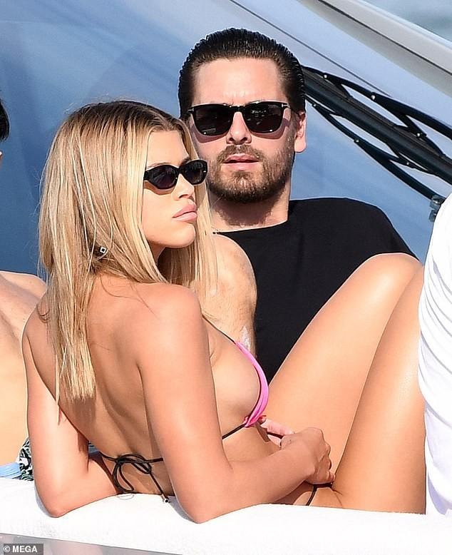 Sofia Richie 'thả dáng' nóng bỏng trên du thuyền cùng bạn trai lớn tuổi - ảnh 1