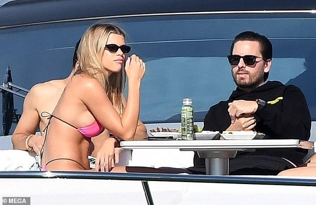 Sofia Richie 'thả dáng' nóng bỏng trên du thuyền cùng bạn trai lớn tuổi - ảnh 5