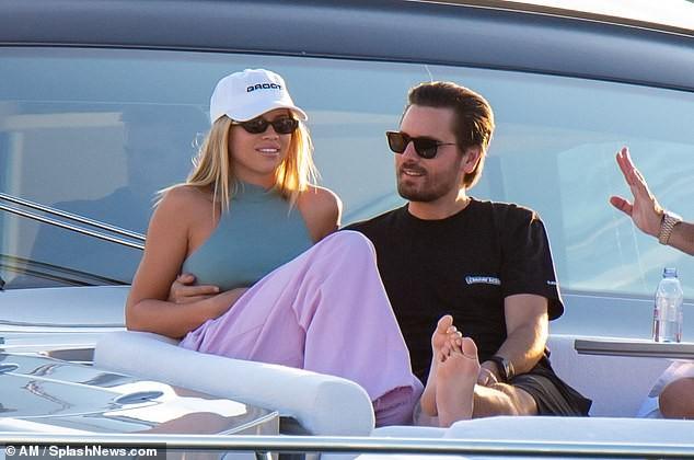 Sofia Richie 'thả dáng' nóng bỏng trên du thuyền cùng bạn trai lớn tuổi - ảnh 8