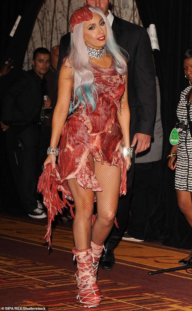 Bộ váy lai... khố của Miley Cyrus lọt top 5 'thảm hoạ của thập niên' - ảnh 2