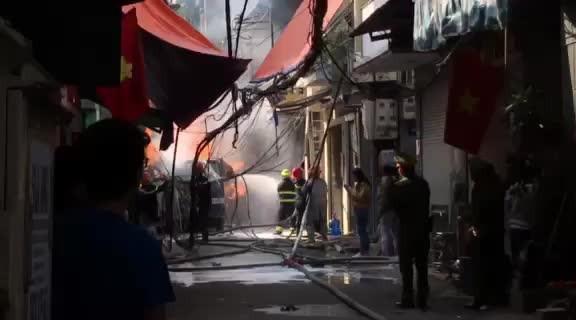 Cận cảnh vụ xe chở gas phát nổ, gây cháy dữ dội trong phố Bùi Ngọc Dương - ảnh 7
