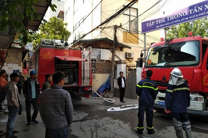 Cận cảnh vụ xe chở gas phát nổ, gây cháy dữ dội trong phố Bùi Ngọc Dương - ảnh 1