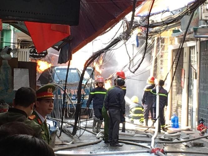 Cận cảnh vụ xe chở gas phát nổ, gây cháy dữ dội trong phố Bùi Ngọc Dương - ảnh 6