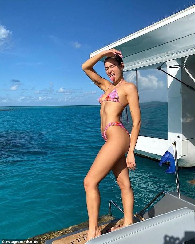 Dua Lipa 'thả dáng' gợi cảm với bikini bé xíu trên du thuyền - ảnh 1