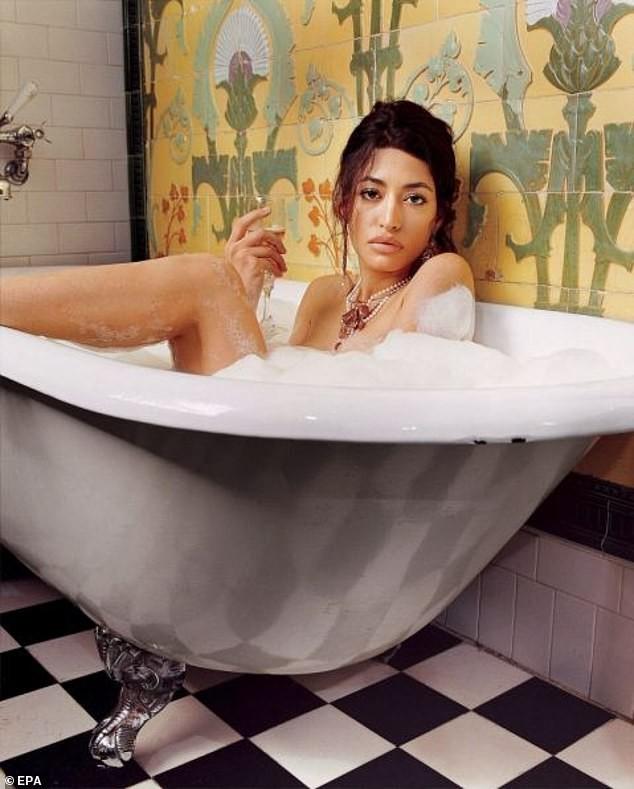 Ít biết về cháu gái ca sĩ của 'trùm' khủng bố Osama bin Laden - ảnh 1