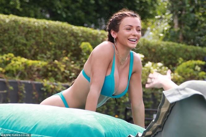 Mỹ nhân Anh Kady McDermott diện bikini 'bốc lửa' tại Thái Lan - ảnh 2