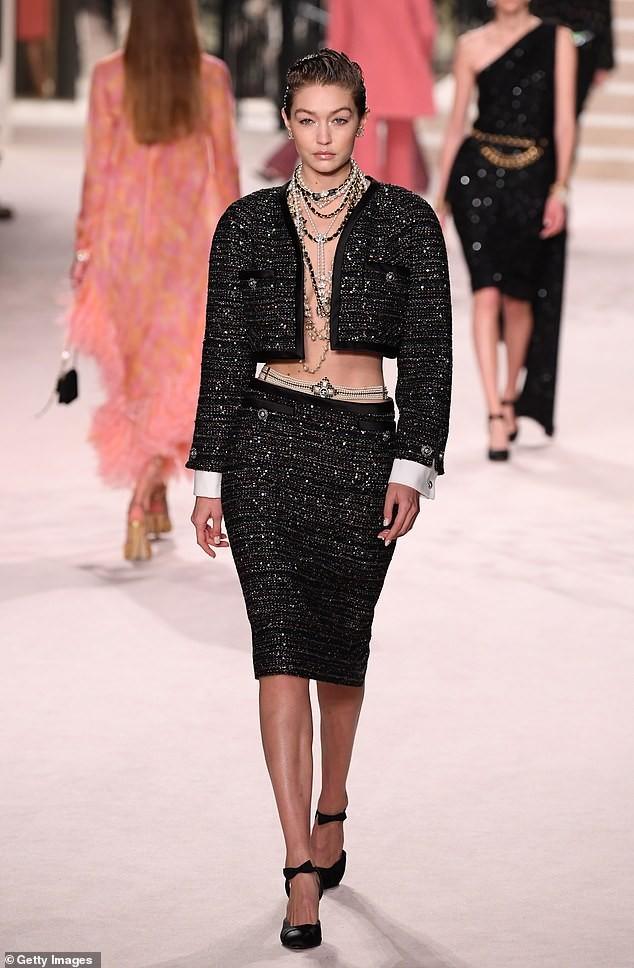 Gigi Hadid phanh áo khoe ngực trần, cùng Kaia Gerber 'thống trị' sàn catwalk - ảnh 1
