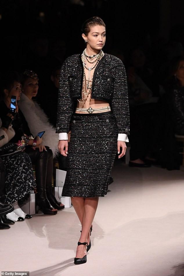 Gigi Hadid phanh áo khoe ngực trần, cùng Kaia Gerber 'thống trị' sàn catwalk - ảnh 2