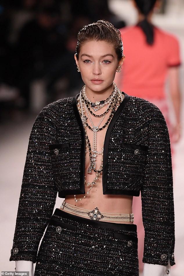 Gigi Hadid phanh áo khoe ngực trần, cùng Kaia Gerber 'thống trị' sàn catwalk - ảnh 3
