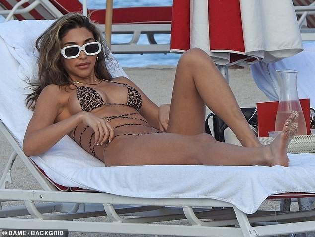 'Đỏ mặt' với bikini da báo siêu bé của nữ DJ Chantel Jeffries  - ảnh 4
