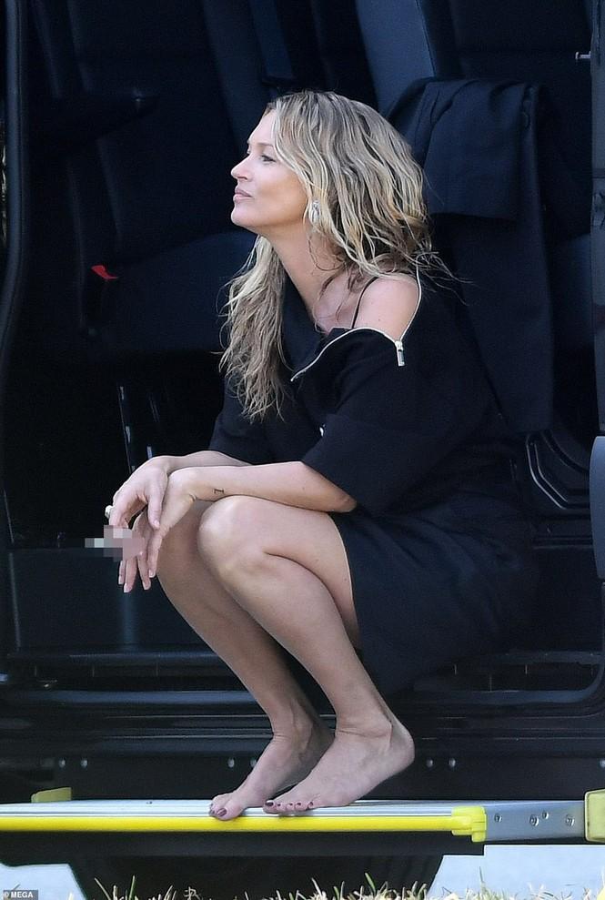 Kate Moss vô tư phơi ngực trần trong buổi chụp hình cho Dior - ảnh 7