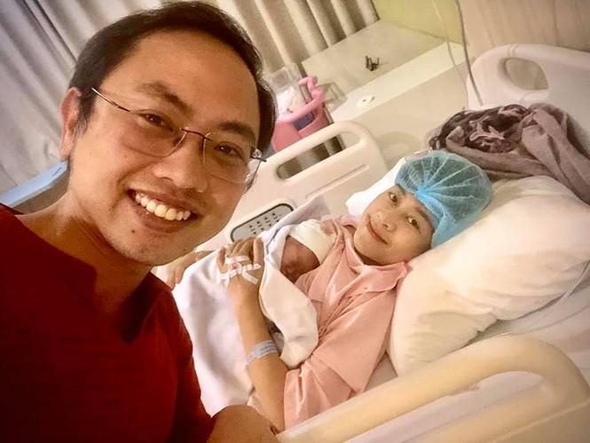 MC Phí Linh và Thành Trung nhận tin đội U22 Việt Nam vô địch trong bệnh viện - ảnh 1