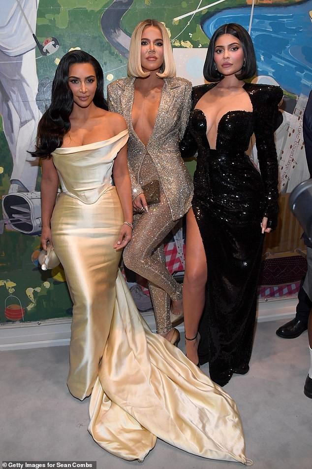 Kim hờ hững ngực đầy không nóng bỏng bằng hai em gái 'thả rông' - ảnh 1