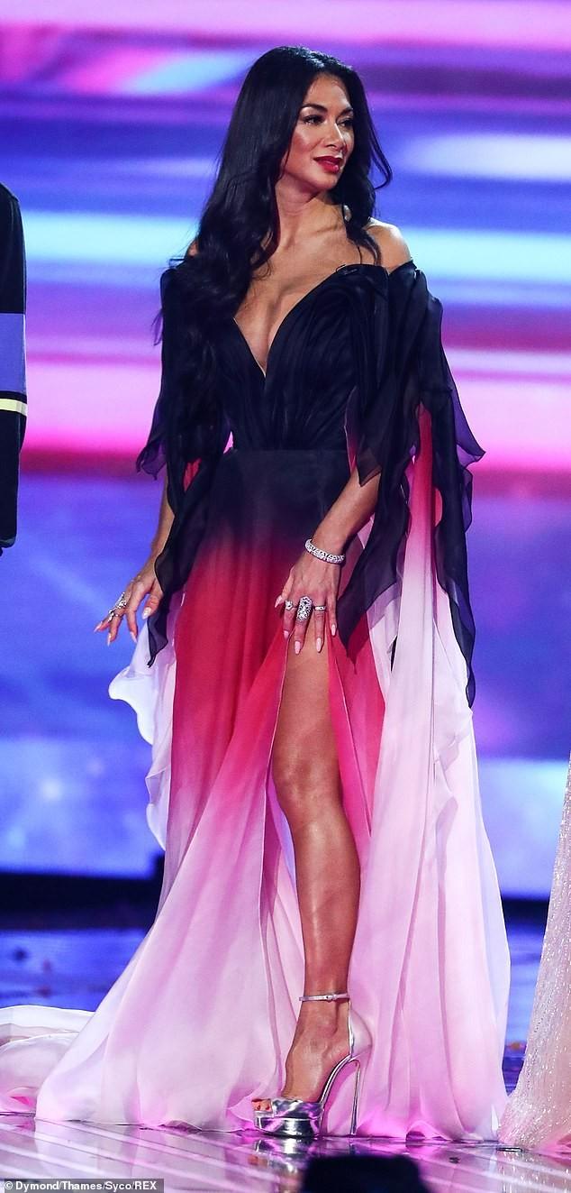 Nicole Scherzinger khoe ngực 'khủng' sau khi bị khiếu nại vì quá hở hang - ảnh 2