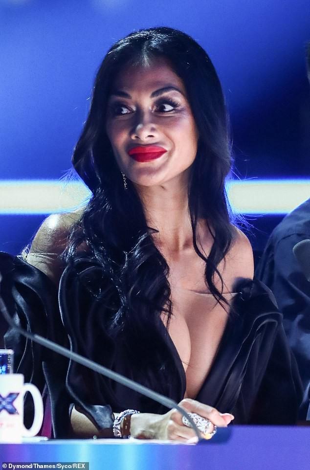 Nicole Scherzinger khoe ngực 'khủng' sau khi bị khiếu nại vì quá hở hang - ảnh 3