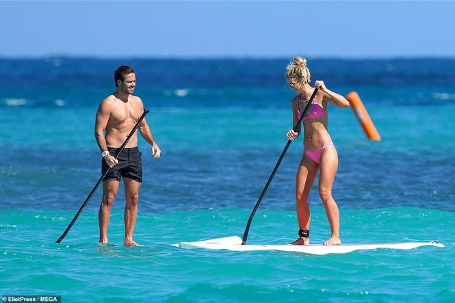Vogue Williams diện bikini hai mảnh, khoe body không chút mỡ thừa - ảnh 1
