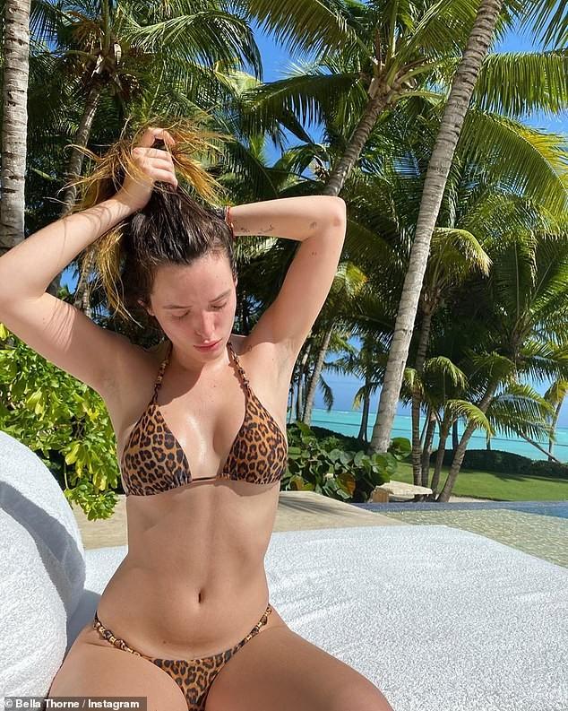 Bella Thorne khoe body nóng bỏng với bikini hoạ tiết da báo - ảnh 2