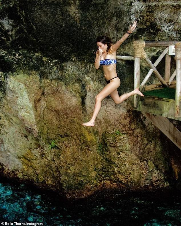 Bella Thorne khoe body nóng bỏng với bikini hoạ tiết da báo - ảnh 9