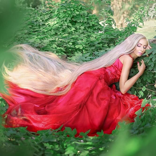 'Nàng Rapunzel đời thực' được đàn ông săn đón vì mái tóc dài gần 2m - ảnh 1