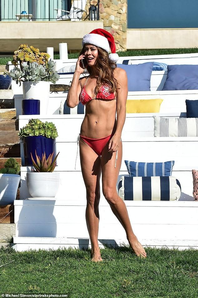 Cựu siêu mẫu Playboy U50 đón Giáng sinh nóng bỏng với bikini đỏ bé xíu - ảnh 2