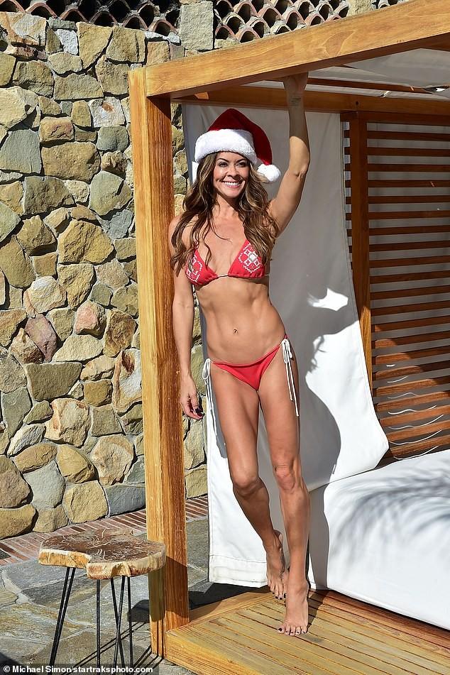 Cựu siêu mẫu Playboy U50 đón Giáng sinh nóng bỏng với bikini đỏ bé xíu - ảnh 3