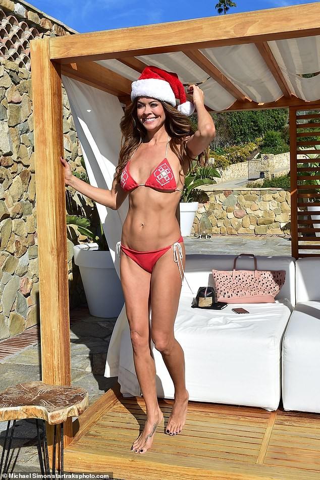 Cựu siêu mẫu Playboy U50 đón Giáng sinh nóng bỏng với bikini đỏ bé xíu - ảnh 4