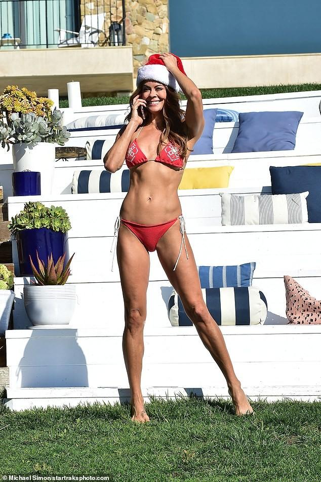 Cựu siêu mẫu Playboy U50 đón Giáng sinh nóng bỏng với bikini đỏ bé xíu - ảnh 5