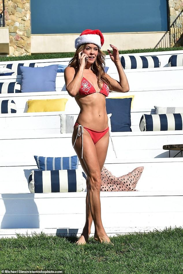 Cựu siêu mẫu Playboy U50 đón Giáng sinh nóng bỏng với bikini đỏ bé xíu - ảnh 6