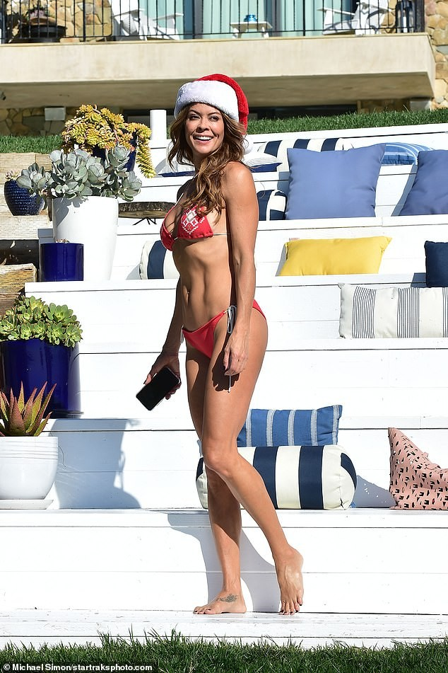 Cựu siêu mẫu Playboy U50 đón Giáng sinh nóng bỏng với bikini đỏ bé xíu - ảnh 7