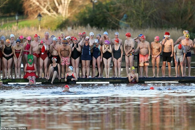 Mặc giá lạnh 7-8 độ C, loạt cô gái đổ xô đi tắm biển dịp Giáng sinh - ảnh 11