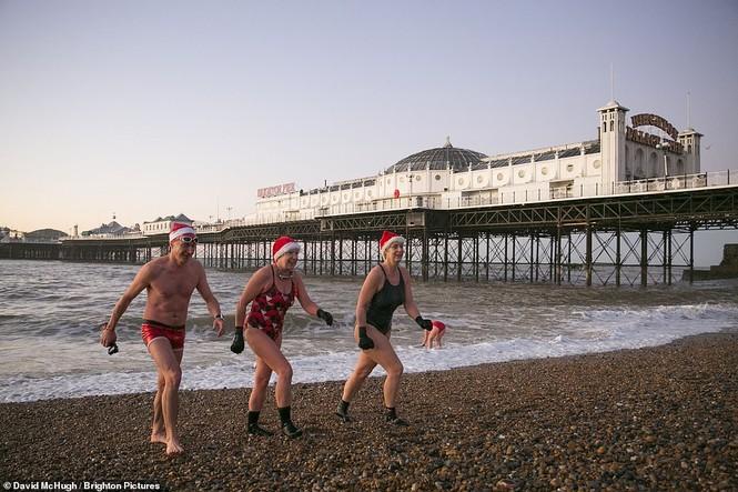 Mặc giá lạnh 7-8 độ C, loạt cô gái đổ xô đi tắm biển dịp Giáng sinh - ảnh 8