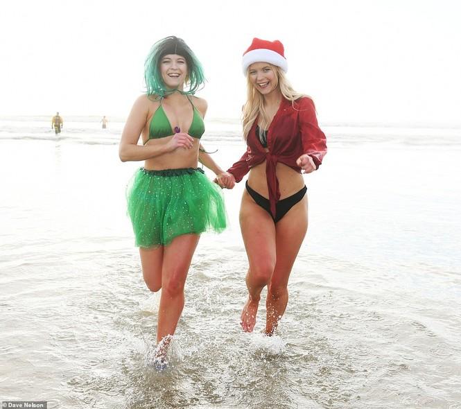Mặc giá lạnh 7-8 độ C, loạt cô gái đổ xô đi tắm biển dịp Giáng sinh - ảnh 2