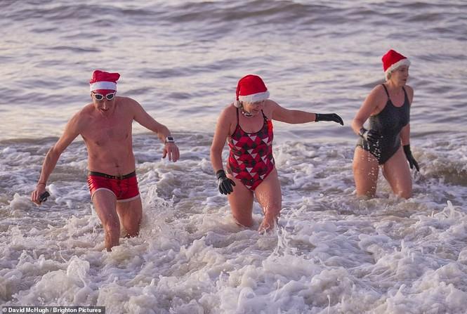 Mặc giá lạnh 7-8 độ C, loạt cô gái đổ xô đi tắm biển dịp Giáng sinh - ảnh 4