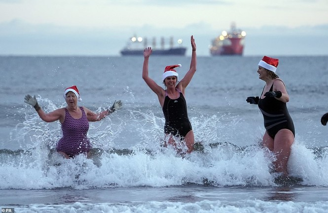 Mặc giá lạnh 7-8 độ C, loạt cô gái đổ xô đi tắm biển dịp Giáng sinh - ảnh 5