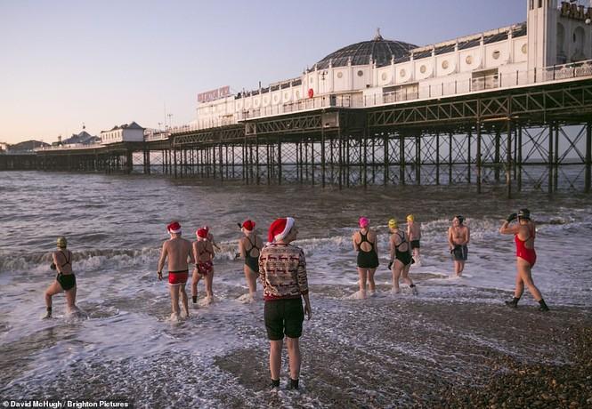 Mặc giá lạnh 7-8 độ C, loạt cô gái đổ xô đi tắm biển dịp Giáng sinh - ảnh 7