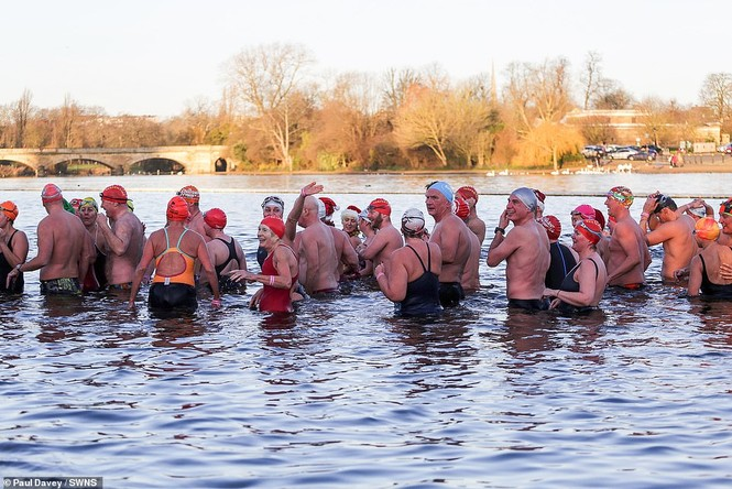 Mặc giá lạnh 7-8 độ C, loạt cô gái đổ xô đi tắm biển dịp Giáng sinh - ảnh 9