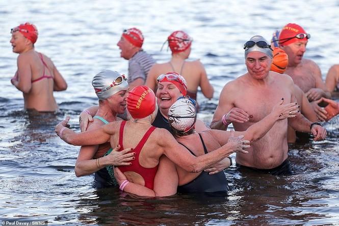 Mặc giá lạnh 7-8 độ C, loạt cô gái đổ xô đi tắm biển dịp Giáng sinh - ảnh 10