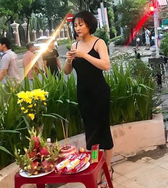 Nam Thư bị dân mạng chỉ trích gay gắt vì mặc áo hở bụng thăm nhà thờ Tổ - ảnh 5
