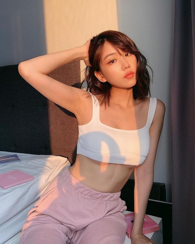 Nữ ca sĩ 'Ghen Cô Vy' tung ảnh sexy, lộ cả chân ngực với áo crop-top - ảnh 5