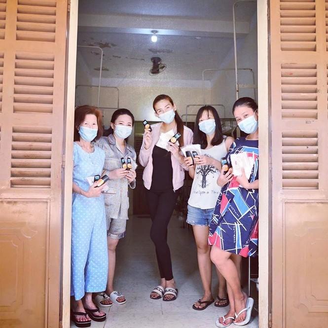 Sao Việt cách ly ngày 4: Kim Lý mặc váy Hồ Ngọc Hà, Châu Bùi khoe ảnh nội y - ảnh 1